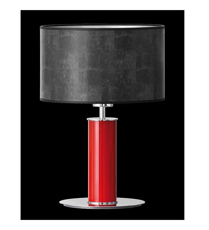 Lampa stołowa Nodo Kolor (K) czerwona podstawa z czarnym abażurem materiał imiyujący skórę węża