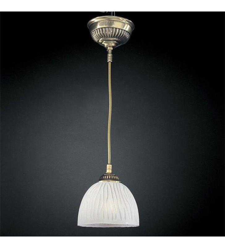 Lampa wisząca nad wyspą kuchenną Gorycja