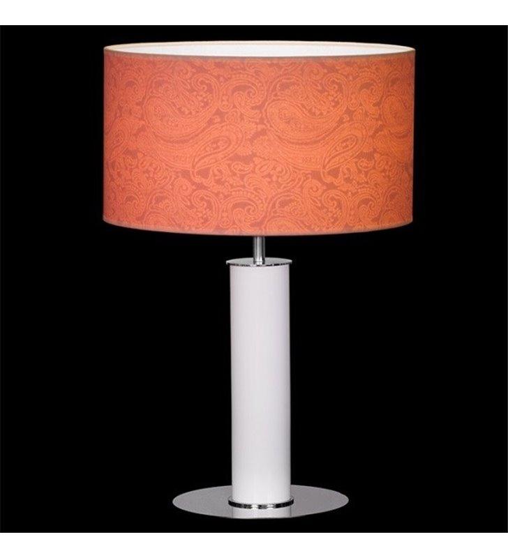Wysoka lampa stołowa lampa gabinetowa Bliss (K) podstawa biała abażur koralowy wzór na materiale widoczny po zaświeceniu lampy