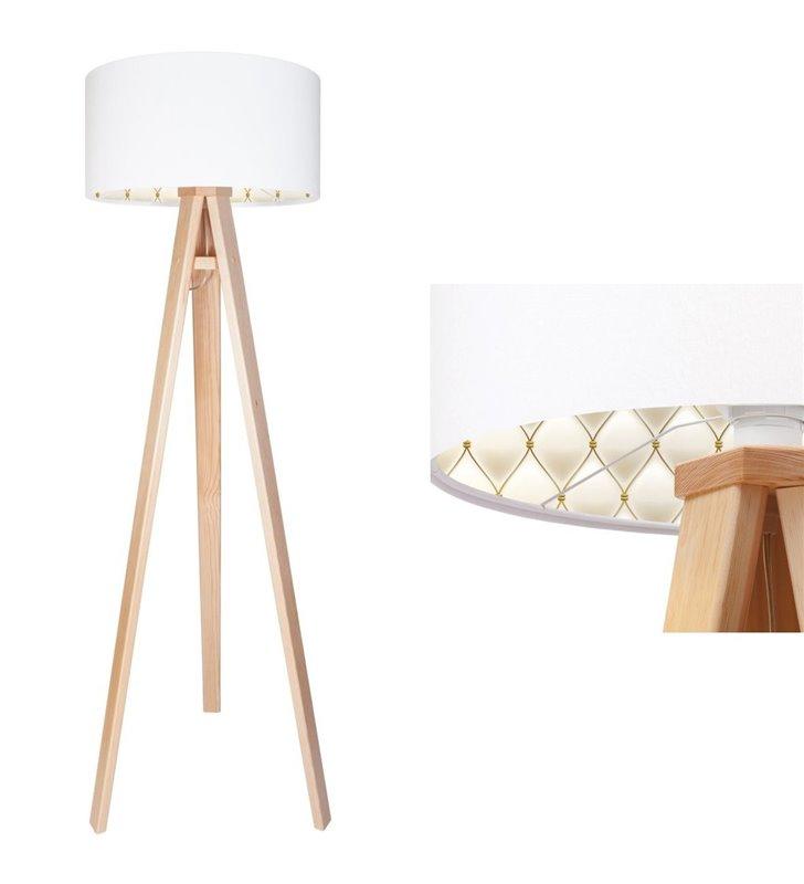 Lampa podłogowa Mila biały welurowy abażur od wewnątrz nadruk imitujący pikowanie podstawa drewniana 3 nogi
