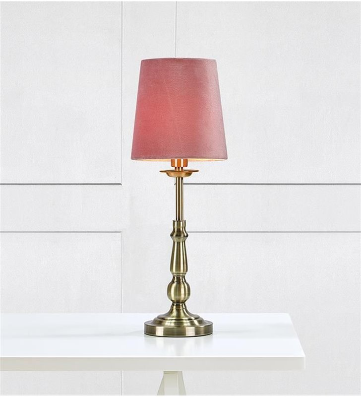 Lampa stołowa Abbey podstawa mosiądz antyczny różowy abażur do wnętrz klasycznych i nowoczesnych