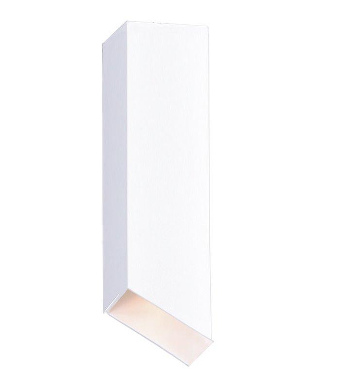 Biała podłużna oprawa sufitowa typu downlight Kubik II White skośny klosz