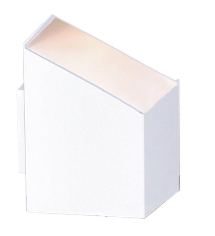 Metalowy nowoczesny kinkiet w stylu technicznym w kolorze białym Kubik II White asymetryczny klosz świeci w jedną stronę