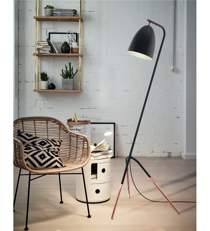 Lampa podłogowa w stylu vintage Westlinton czarno miedziana 3 nogi do salonu sypialni