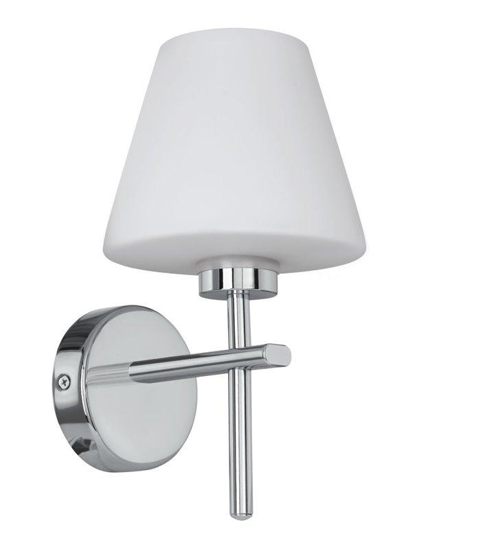 Kinkiet łazienkowy Friscoli z boku lustra chrom biały szklany klosz