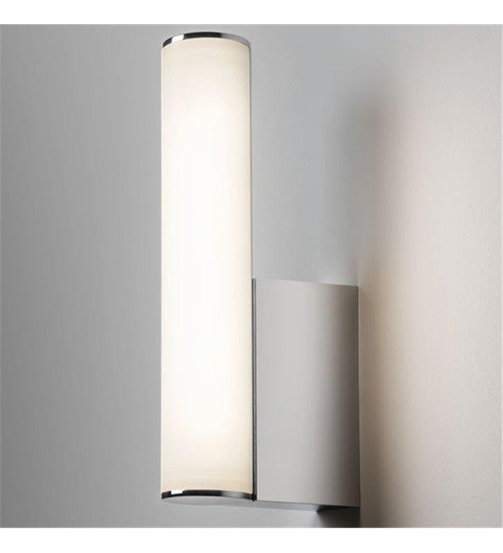 Chromowany kinkiet łazienkowy oświetlający lustro toaletkę Domino